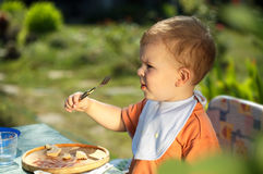 behandla som ett barn att äta för pojke Royaltyfri Foto