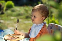 behandla som ett barn att äta för pojke Royaltyfri Fotografi