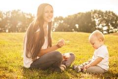 Behandla som ett barn att äta utomhus royaltyfria foton