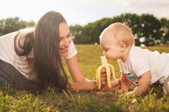 Behandla som ett barn att äta utomhus Arkivbilder