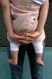 behandla som ett barn att bära Arkivfoto