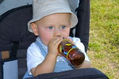 behandla som ett barn att dricka Arkivfoto