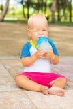 Behandla som ett barn att dricka Royaltyfria Bilder
