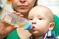 Behandla som ett barn att dricka Royaltyfri Bild