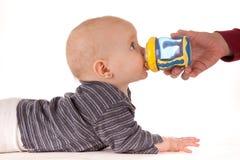 behandla som ett barn att dricka för dryckeskärl Arkivbilder