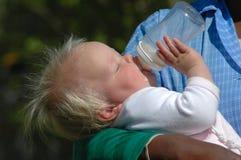 behandla som ett barn att dricka för flaska Royaltyfria Foton