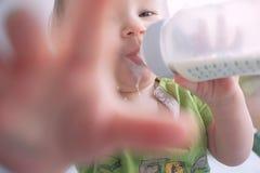 behandla som ett barn att dricka för flaska mjölkar rymma sig sött roligt Arkivbilder