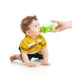 Behandla som ett barn att dricka från flaskan. 8 månader gammal pojke. Arkivfoton