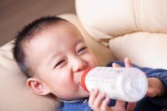 behandla som ett barn att dricka mjölkar royaltyfria foton