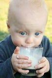 Behandla som ett barn att dricka mjölkar Fotografering för Bildbyråer