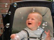 behandla som ett barn att fånga för bubblor Royaltyfri Bild