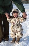 behandla som ett barn att gå för snow Arkivbilder