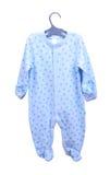 Behandla som ett barn att hänga för gods Pijama för glidare för kosmonaut för kropp för kläder för barn` s på en isolerad hängare Arkivfoton