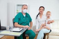 Behandla som ett barn att kontrolleras av en doktor fotografering för bildbyråer