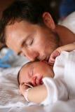 behandla som ett barn att kyssa för fader Arkivbild