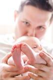 behandla som ett barn att kyssa för fader Fotografering för Bildbyråer