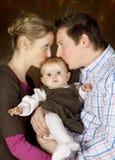 behandla som ett barn att kyssa för par Royaltyfri Fotografi