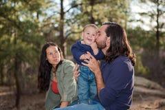 behandla som ett barn att kyssa för pojkefader Arkivfoto