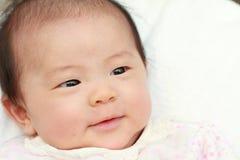 behandla som ett barn att le för flicka Royaltyfria Foton