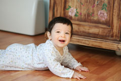 behandla som ett barn att le för fokus som är slappt Royaltyfria Bilder
