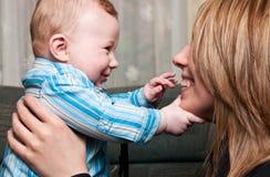 behandla som ett barn att le för moder Royaltyfria Foton