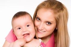 behandla som ett barn att le för mom Royaltyfria Foton