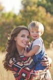 behandla som ett barn att le för mom Royaltyfri Bild