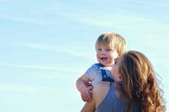 behandla som ett barn att le för mom Royaltyfri Foto