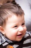behandla som ett barn att le för pojke Arkivfoton