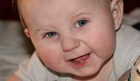 behandla som ett barn att le för pojke Royaltyfri Bild