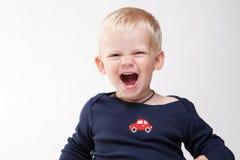 behandla som ett barn att le för pojke Arkivfoto