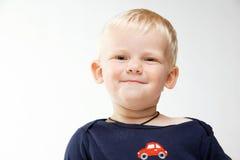behandla som ett barn att le för pojke Arkivbilder