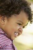 behandla som ett barn att le för pojkestående Royaltyfri Fotografi