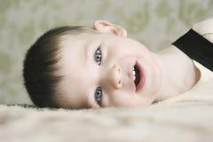 Behandla som ett barn att le och att se kameran Arkivbilder