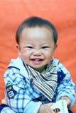 behandla som ett barn att le sött Arkivfoto