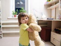 , behandla som ett barn att le som är gulligt, flickan som spelar med leksaken Royaltyfri Foto