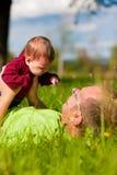 behandla som ett barn att leka för faderäng arkivfoto