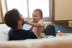 behandla som ett barn att leka för fader royaltyfri foto