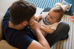 behandla som ett barn att leka för fader arkivbild