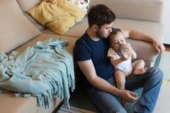 behandla som ett barn att leka för fader royaltyfria foton