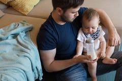 behandla som ett barn att leka för fader royaltyfri fotografi