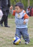 behandla som ett barn att leka för fotboll arkivbild