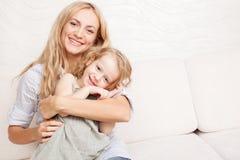 behandla som ett barn att leka för moder Royaltyfria Foton