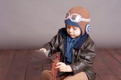 behandla som ett barn att leka för pojke Arkivbilder