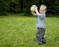 behandla som ett barn att leka för pojke Fotografering för Bildbyråer