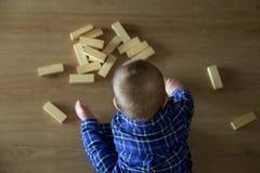 behandla som ett barn att leka för pojke Royaltyfri Bild