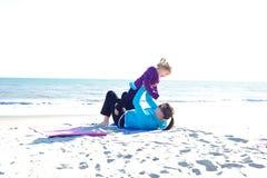 behandla som ett barn att leka för strand Arkivfoto