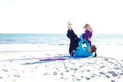 behandla som ett barn att leka för strand Royaltyfria Foton