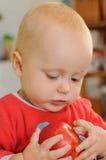 Behandla som ett barn att leka med äpplet Arkivfoton