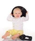 Behandla som ett barn att leka med det gammal vinylrekordet och hörlurar Arkivbilder